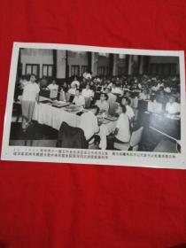 新闻宣传照片1980年胡耀邦总书记代表书记处邀请著名物理学家吴仲华教授为党中央和国务院领导同志讲授能源科学。