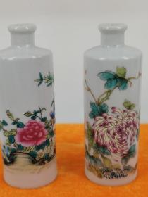 七十年代出口粉彩釉上彩棒槌瓶小瓶一对,高6厘米,花卉图案,精美绝伦的陶瓷工艺品