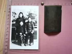 老照片:祖孙三人合影  附底片(照片是翻拍并放大过塑、照片尺寸:8×12.5cm)