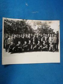 老照片,1979年十月初大众日报社第十期通讯员学习班全体学员及报社部分领导,于大众日报社花园合影---照片尺寸14.6x11.3厘米
