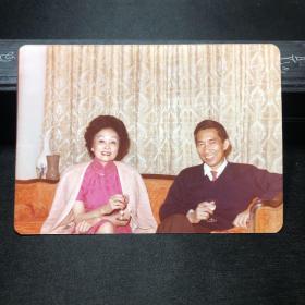 抗战期间援华飞虎将军陈纳德妻子,著名华侨领袖陈香梅 合影照片一张,背面有文字说明
