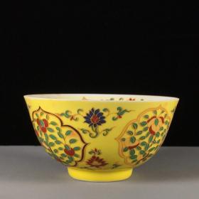 明黄釉描金花卉图茶杯