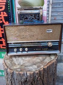 红灯牌电子管收音机,品相如图,品相中等偏下,前面条形玻璃面板有坏,介意者勿拍,不包邮,运费到付。我买回来,没通过电,不知功能是否正常,懂得来买,售出不退。