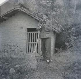 1966底片一张:枞阳县公社的干部在打扫猪圈后学习红宝书