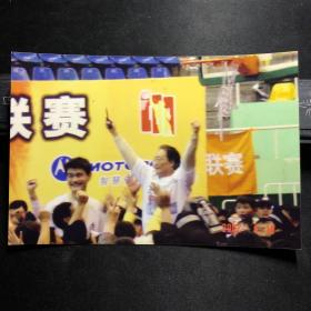 篮球明星姚明 与 上海卫视主持人王燕宁合影照片两张