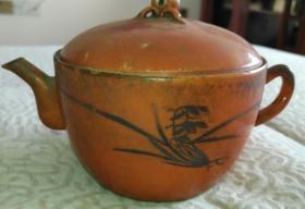清官窑内造彩壶,完整带盖传世,有描金字画,底款官造