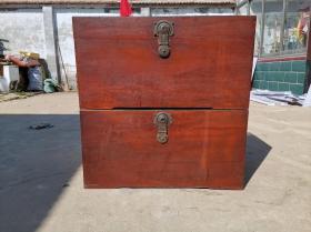 天津收来樟木箱子一对、全品相、没有任何后配以及修复、完整、可放字画使用、可直接使用。 尺寸:长83.5•高43•宽45.5