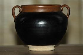 下乡收来山西老窑黑釉双耳罐一个,高12厘米,口径10.5厘米,腹径15厘米,底径6.7厘米,保存完整,成色如图