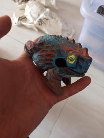 木雕响蛙。彩绘青蛙。整木雕刻。民间艺术品