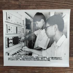超大尺寸: 1982年,内蒙古呼和浩特卫星通信地面站,工程师正在测试电视信号