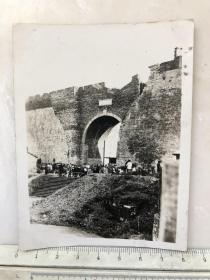 民国时期南京中华西门城门口过往行人原版老照片