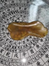 传世黄玛瑙荷叶状小笔舔。约10厘米。