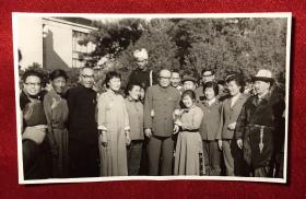 国务院副总理乌兰夫与著名歌唱家牧兰 等文艺演员合影老照片