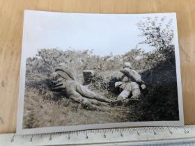 民国抗战时期的中国军人趴在草丛中侦查的国军战士原版老照片