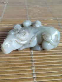 和田玉牛手把件,玉质圆润,质地通透,无裂痕!纯手工雕刻,雕工精细,图案精美,尺寸:高3cm,长8.5cm,宽5cm,重:193克。