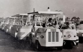 1977年欧洲游乐中心广场上一种新型汽车原版照片,清晰度极高