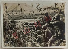 民国 河北抗战 华北 南口战役 银盐老照片 南口战役是在抗日战争初期的重要战役 1937年(民国二十六年)8月 中国第7集团军在河北省南口地区(今属北京)抵抗日本中国驻屯军进攻 挫伤了日军的气焰 延缓了日本侵华进程 进攻华北夺取山西的速度 这场战役被称为抗日战争中第一场大战 图中为日军在南口作战中的伏击 可见日军机枪 水壶等装备 略有折痕 强烈泛银 侵华史料