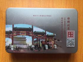 铁盒装 回眸北京 国外明信片上的老北京  盒装复古老信封5枚,老北京民间风俗百行图一卷,明信片19张,每张都贴了八角的新邮票