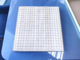 日本桧木棋盘,蛤碁石棋盘,日本围棋。 日本青森县特有的木材ヒバ(丝柏)所制成的四拼一寸桌面盘,带原盒。基本上属于全新,没有使用过的痕迹及磕碰。尺寸为45.5*42.4*3