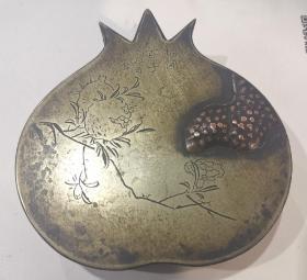 """民国石榴型""""榴开百子""""吉祥多子多福白铜老墨盒,尺寸:长12cm*宽12cm*厚3.3cm。"""