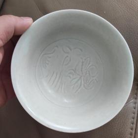 明甜白釉龙纹刻花瓷碗
