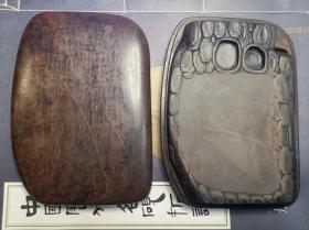 清代松节纹端砚,带原盒,端砚尺寸:17*11.6cm。欲知松高洁,待到雪化时。