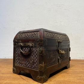 海黄首饰盒梳妆盒,雕刻满工,用料上乘,此盒玻璃采用玻璃砖制成,整体海黄制作,全品无修,整体高贵典雅,收藏自用,另有一番韵味,尺寸品相如图