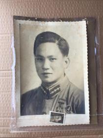 五十年代初朝鲜战争老照片解放军抗美援朝志愿军上尉(营长或连长)朱谦照片 佩戴抗美援朝纪念章和平鸽纪念章 (三张照片,一张大幅照片,一张画像照片,一张微型小小张有姓名)共3张合拍