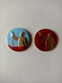 毛主席挥手章二枚(直径4.8、5.0厘米