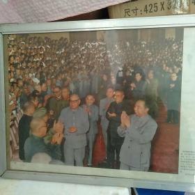 宣传画华国锋 邓小平等人接见第十一次全国代表大会。