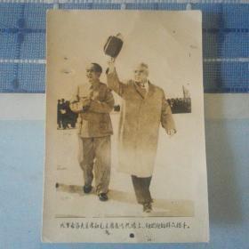 伏罗希洛夫主席和毛主席在飞机场上,向欢迎的群众招手老照片(少见)