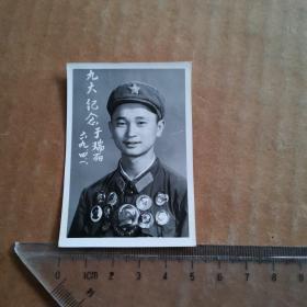 佩戴像章的军人照片