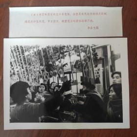 """1982年,天津商业街-和平路、东马路,百年老字号""""玉丰泰""""京花店,生产的绒绢花享誉全国"""