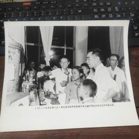 超大尺寸:1955年,周恩来参观全国少年儿童科学技术和工艺作品展览会
