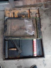 老油印机,品相不太好,带有一桶蜡纸,包真包老。品相如图,虽然不太好,但东西挺全,滚轮带的都是两个,介意者勿拍。不包邮,运费到付。