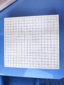 日本桧木围棋棋盘,桌上棋盘,日本围棋。 由于保存的原因,盘面上有很多黄色的斑点,未有打碁留下的痕迹。盘底边缘略有细微剐蹭。纹路细腻,手膜能明显感觉出纹路感,散发出柏树特有的味道,此盘为2寸三拼盘,厚度45.5*42.5*6。带原盒盖。 以下为青森丝柏的简介。