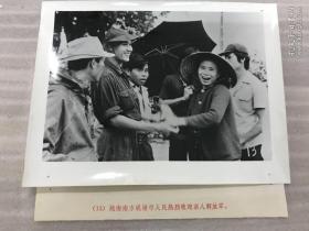 越南南方岘港市人民热烈欢迎亲人解放军 老照片21102317
