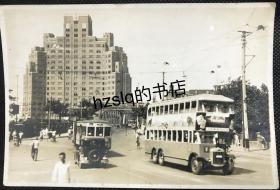 【照片珍藏】民国上海苏州河口外白渡桥及周边场景,左侧为上海大厦,可见行驶的有轨电车、双层巴士、小轿车等。老照片内容丰富、尺寸较大