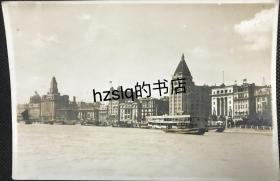 """【照片珍藏】民国上海外滩建筑群及岸边码头等场景,可见""""上海市轮渡码头Shanghai City Government Ferry Pontoon""""字样,以及5号轮渡船。沙逊大楼旁原上海德国总会大楼已拆除,可判断时间应在1936年。老照片内容少见、较为难得"""