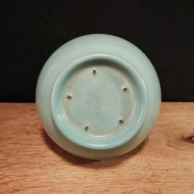 小开片蒜头掸瓶,全品无残,品相完整,成色如图。