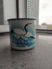 文革时期:《双鹤图》搪瓷茶缸。高10厘米,口径11厘米