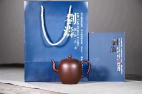 【美人肩】 泥料:文革紫泥 容量:240cc 作者:刘涛老师 国家级助理工艺美术师  美人肩是一款经典的紫砂器型之一