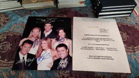 【签名照】经典美剧《六人行》(老友记)六位主演 柯特妮·考克斯,马修·派瑞,詹妮弗·安妮斯顿,丽莎·库卓马特·理勃兰,大卫·休默 共同签名照