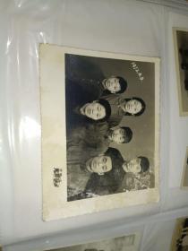 老照片《1972年4月5日家庭合影照》相册一内!长12厘米,宽8厘米!品相如图!自定!