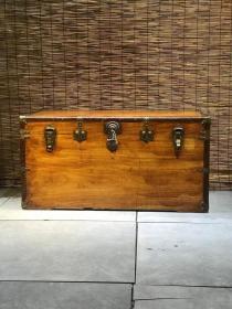 六面独板老樟木箱,牛皮包边,铜包边,老铜件齐全,带钥匙,尺寸超大,尺寸:106/58/54