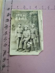 老照片:1951.10.1国庆纪念(三位解放军战士合影、其中一人胸配三枚勋章、一人脸带稚气)