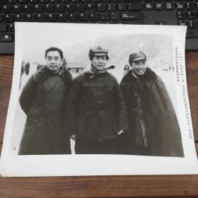 超大尺寸:1946年,周恩来从重庆回到延安时,毛泽东、朱德亲往延安机场迎接