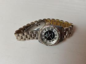 劳力士全自动手表女表,表盘直径25mm,9品,走时精准,有磨损痕迹。照片为实物,看好售出不退。