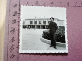老照片:一位男士在韶山站留影(火车站大门正中挂毛主席像、尺寸:5.5×5.5cm、含底片)