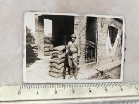 民国抗战时期戴着钢盔手拿三八大盖站岗的日本鬼子原版老照片